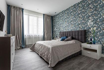 Бежевые шторы с синей обтачкой для спальни