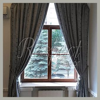 Атласная штора на арочном окне
